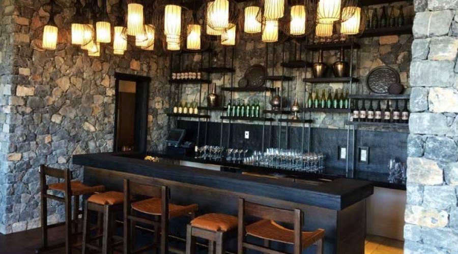 Un bar ad Alila Resort
