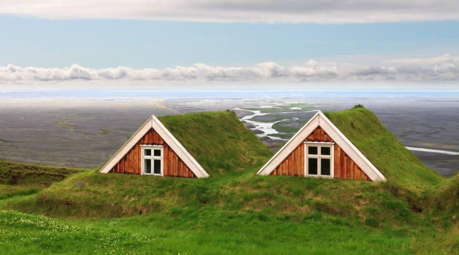 Fattoria tradizionale islandese con tetto di torba