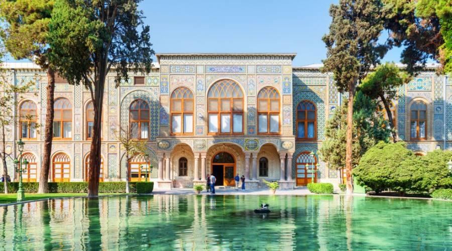 Splendida vista sul Palazzo Golestan e sul laghetto panoramico con acqua color smeraldo a Teheran