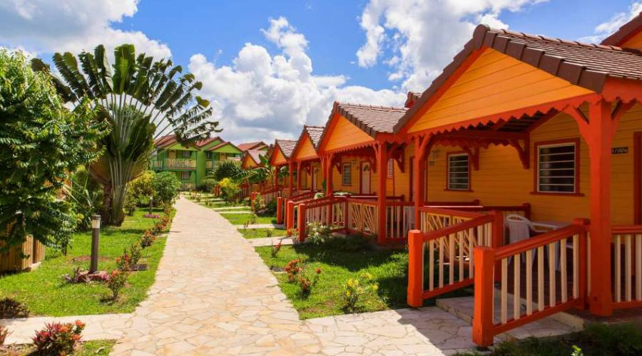 Vialetto dell'Hotel con i suoi colorati bungalow
