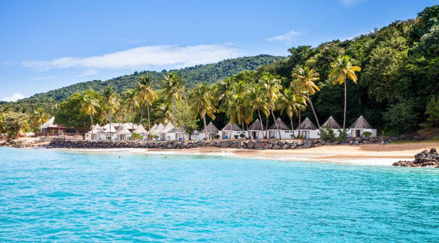 L'ampia spiaggia dorata su cui si affacciano i bungalow fronte mare
