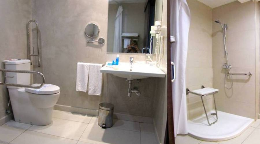 Bagno Accessibile con doccia a livello pavimento e seggiolino