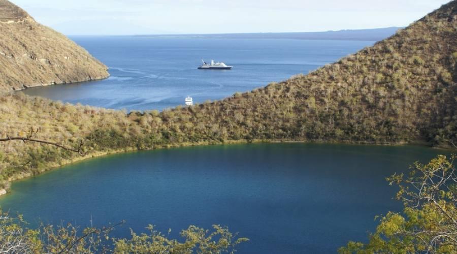 Lago di acqua salata in un cratere a Isabela