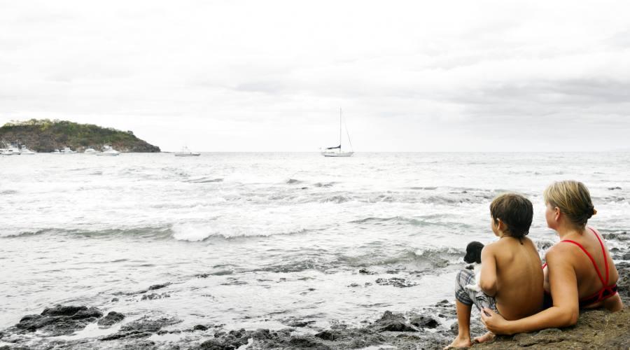 Madre e figlio in contemplazione, oceano Pacifico