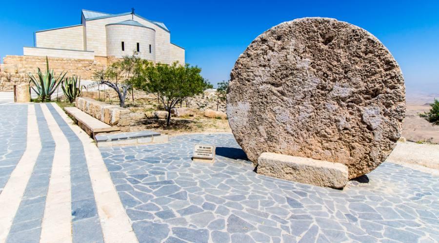 Monte Nebo, antico portale del monastero e il moderno memoriale a Mosè