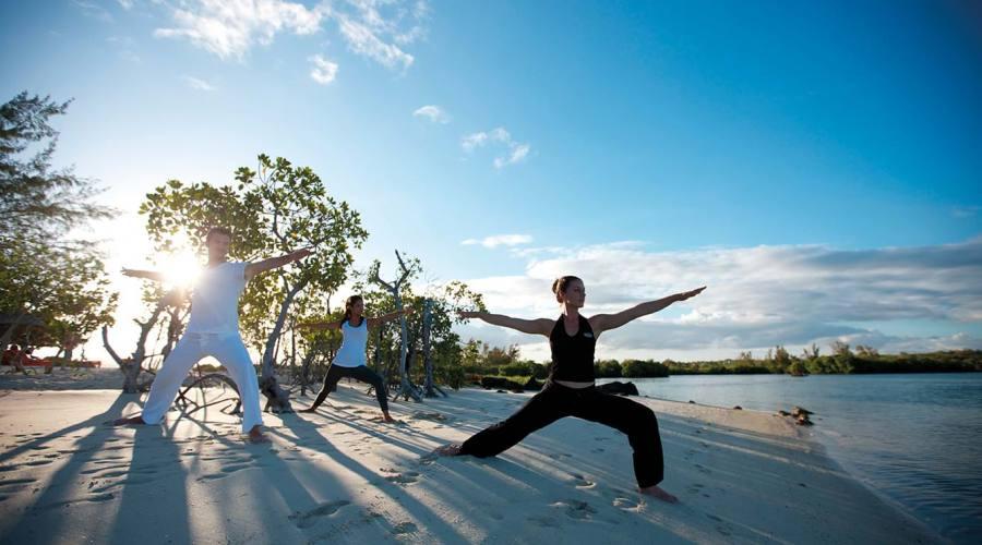 Una lezione di yoga sulla spiaggia