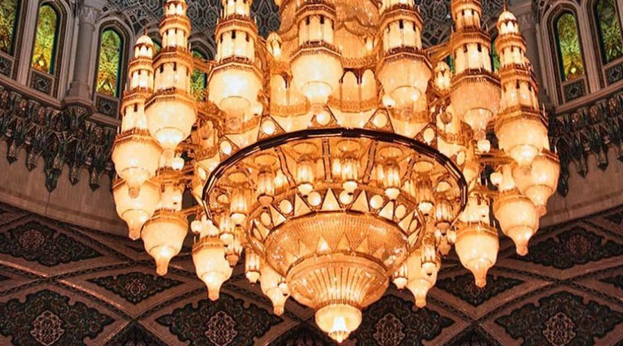 Il celebre lampadario della Moschea del Sultano Qabus