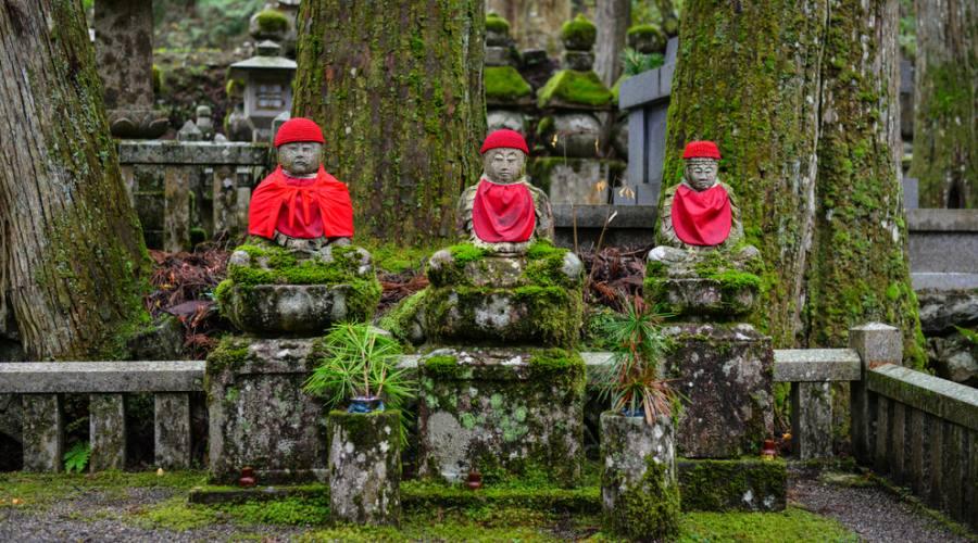 Stetue di Buddha all'antico cimitero sul Monte Koya