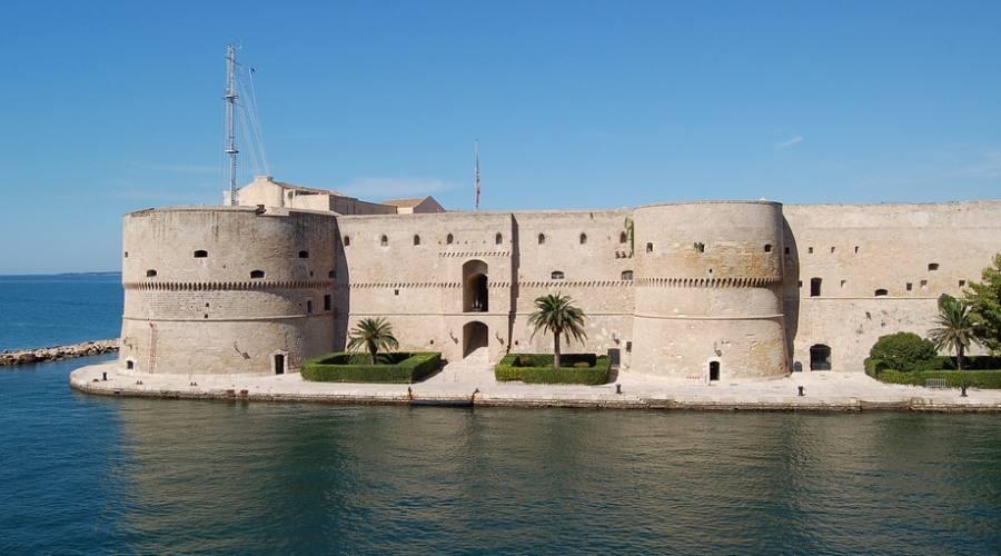 Taranto Castello Aragonese Masserie In Tour