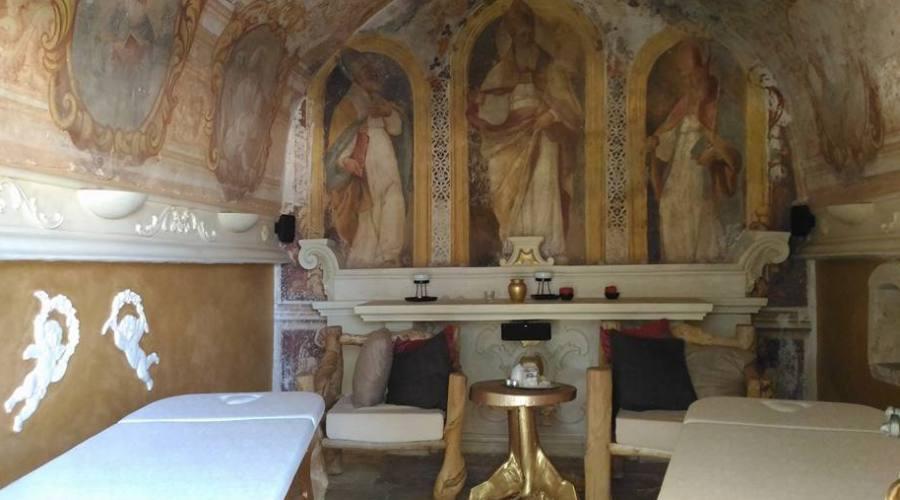 Massaggio a due in cappella sconsacrata