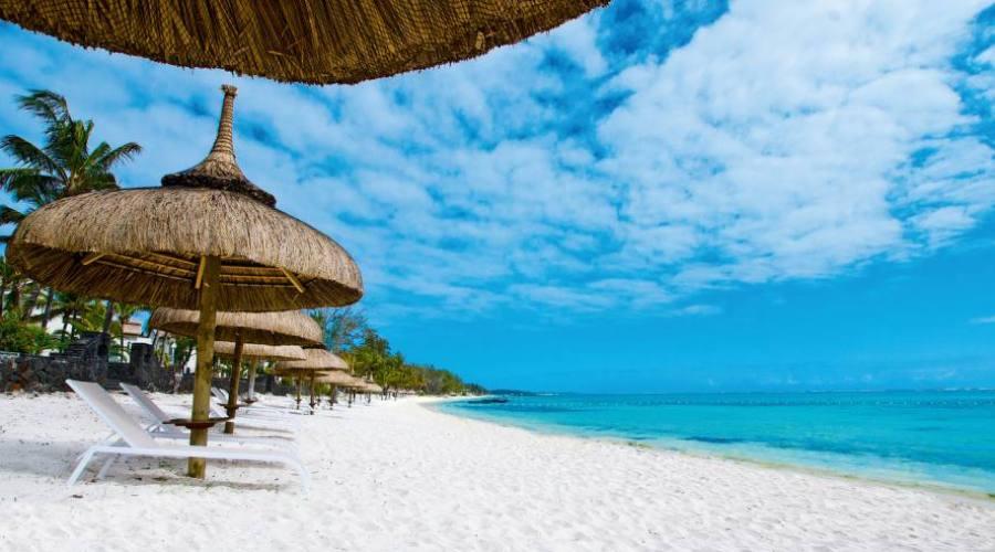 La plage de sable blanc de l'hôtel
