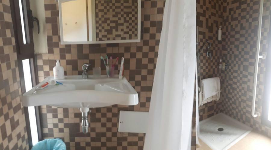 Bagno Accessibile con doccia a livello paviemento