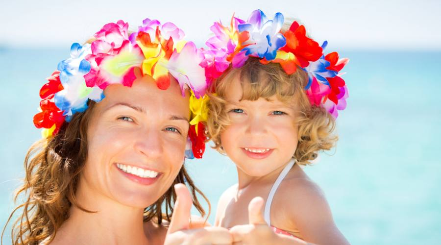 Famiglia felice sulla spiaggia di Waikiki
