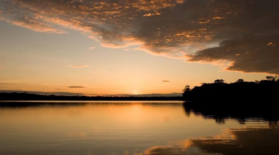 Un bel tramonto lungo il fiume Madre de Dios