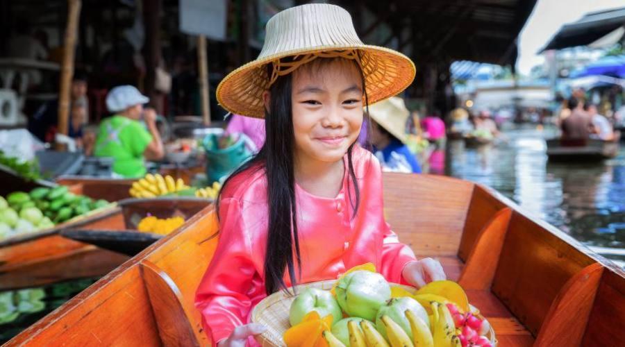 Rencontres souriantes au marché flottant