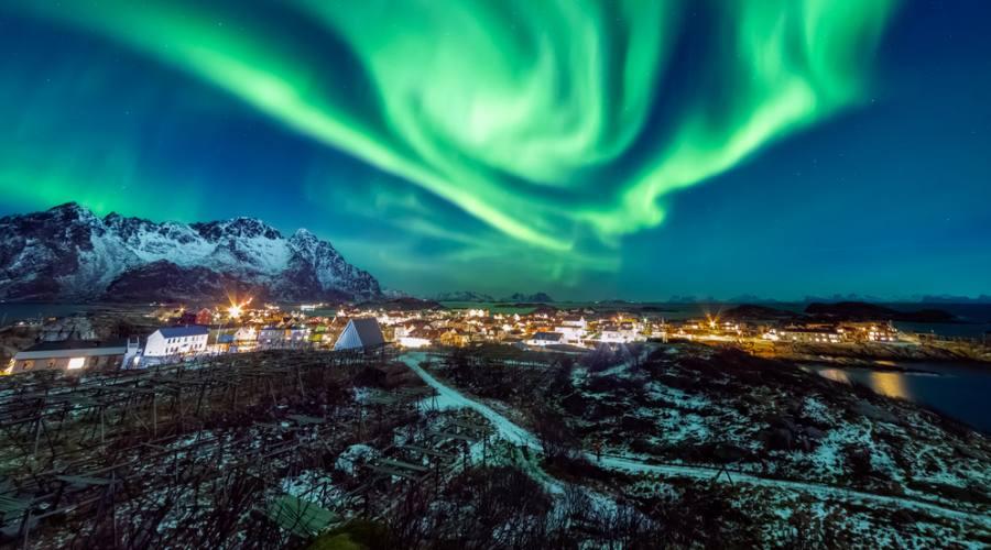 Aurora Boreale sul villaggio di pescatori Henningsvaer alle Lofoten