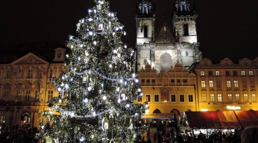 Addobbi natalizi nella piazza