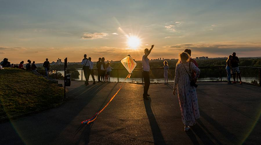 Il gioco di aquiloni nel tramonto