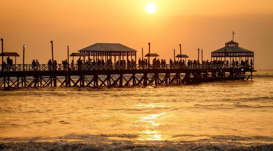 Romantico tramonto sulla spiaggia di Huanchaco, Trujillo
