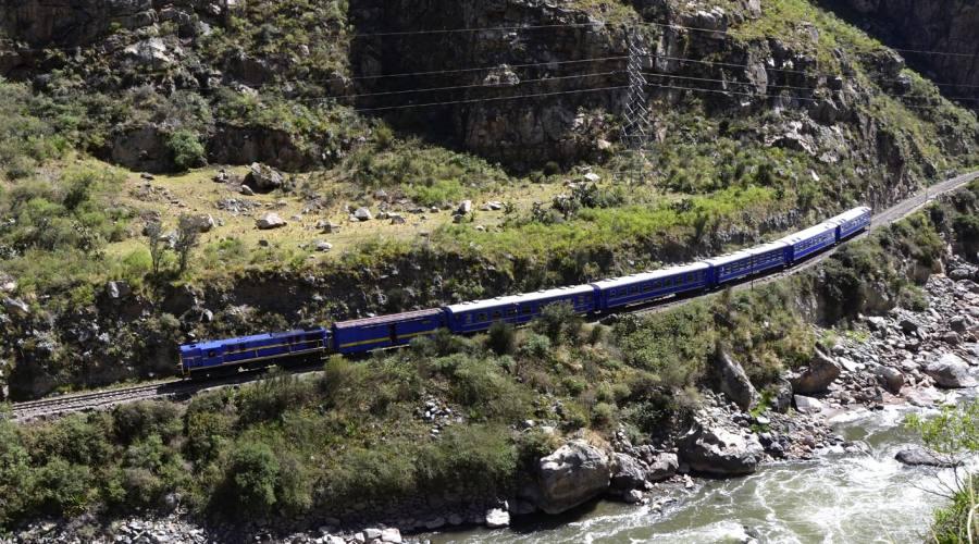 Il treno che corre nella valle dell'Urubamba, verso MachuPicchu