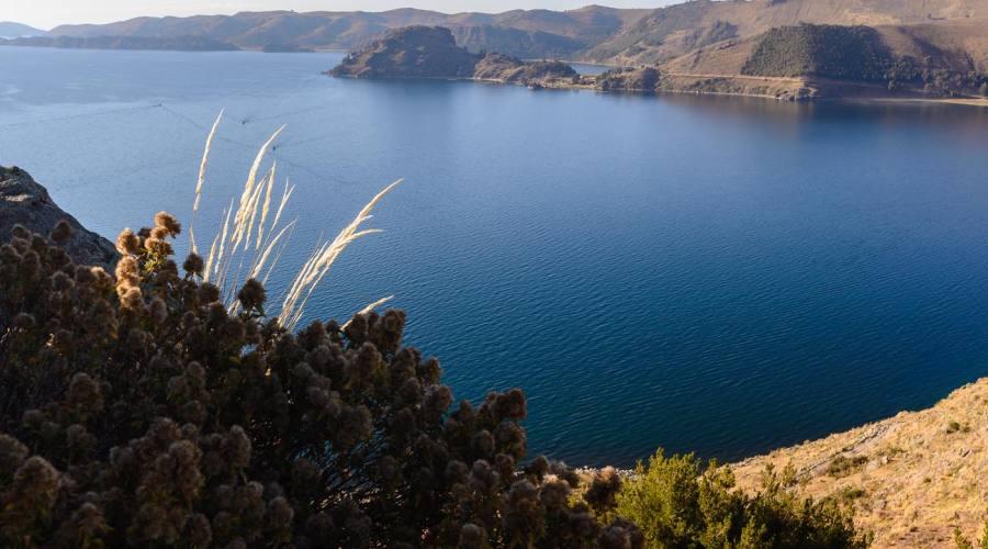 Il lago Titicaca visto da una altura di Capocabana