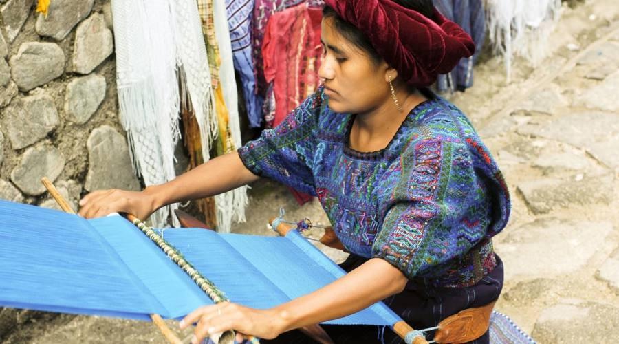 Lago Atitlan - donna che lavora al telaio