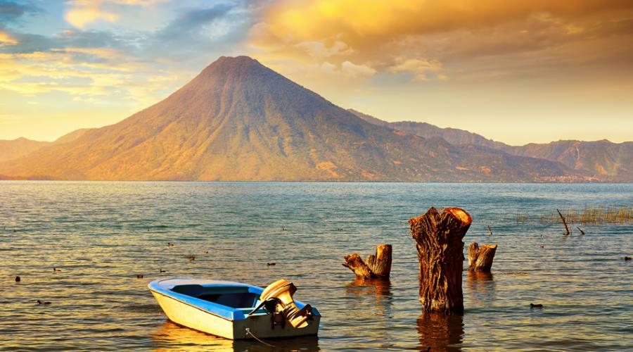 Tramonto sul lago Atitlán