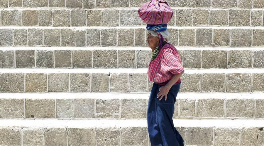 Santiago Atitlán, donna con cesta sul capo
