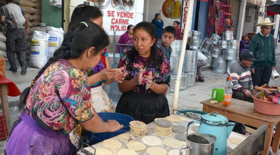 Chichicastenango: donna che cucina tortillas