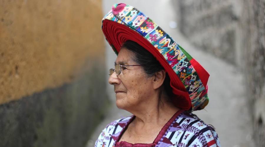 Donna vestita in modo tradizionale, lago Atitlán