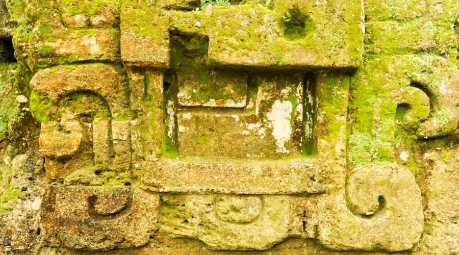 Tikal, particolare di una piramide