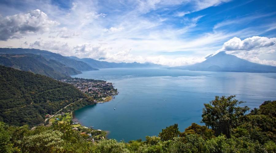Vista del lago Atitlán da San Jorge