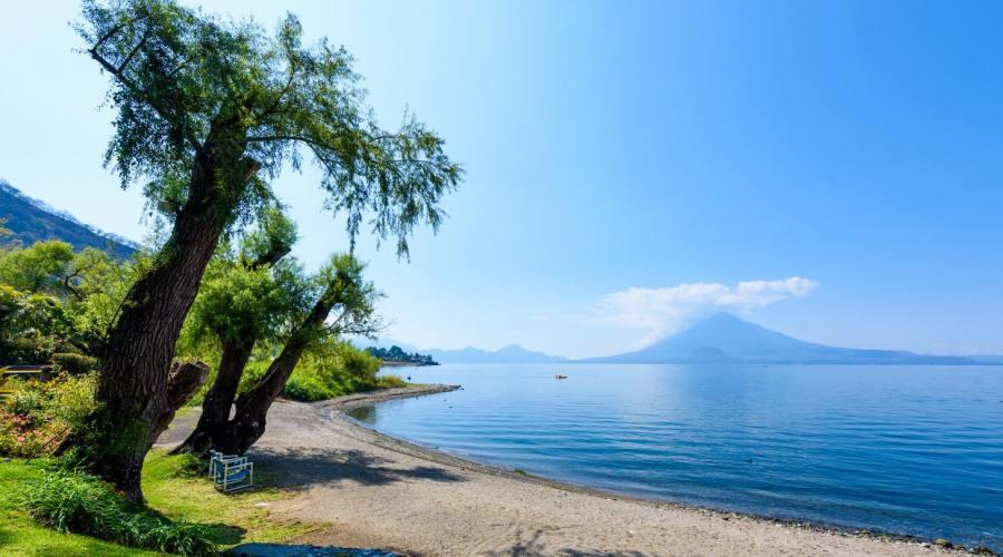 Spiaggia sul lago Atitlán