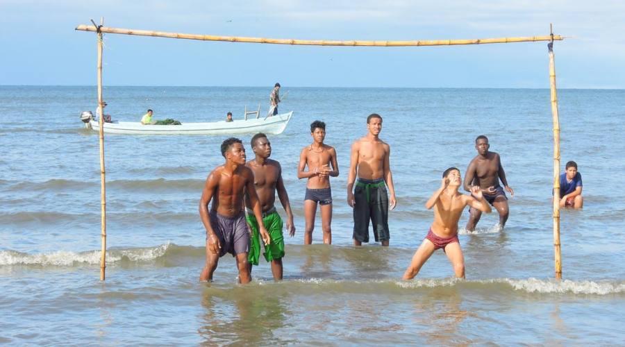 Partita a pallavolo nel mar dei Caraibi a Livingston