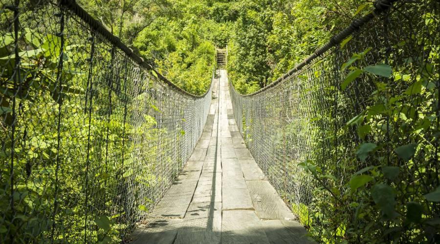 Ponte sospeso sul fiume, vicino a Panajachel