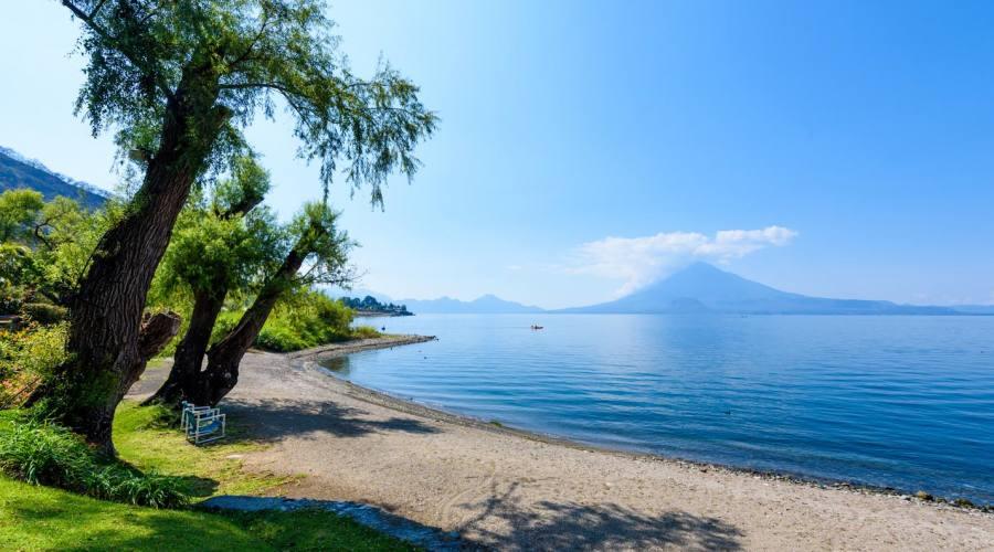 Spiaggia del lago Atitlán