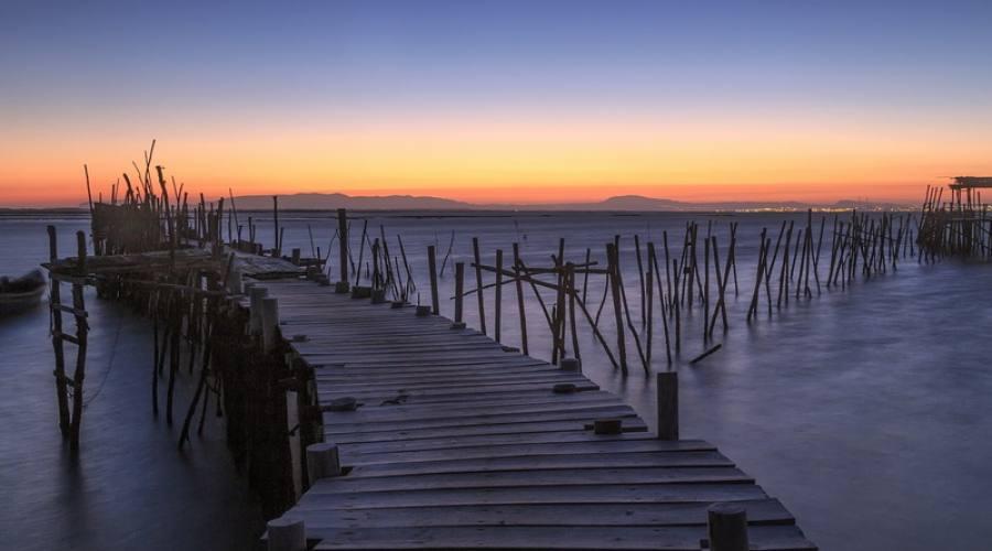 Villaggio di pescatori al tramonto