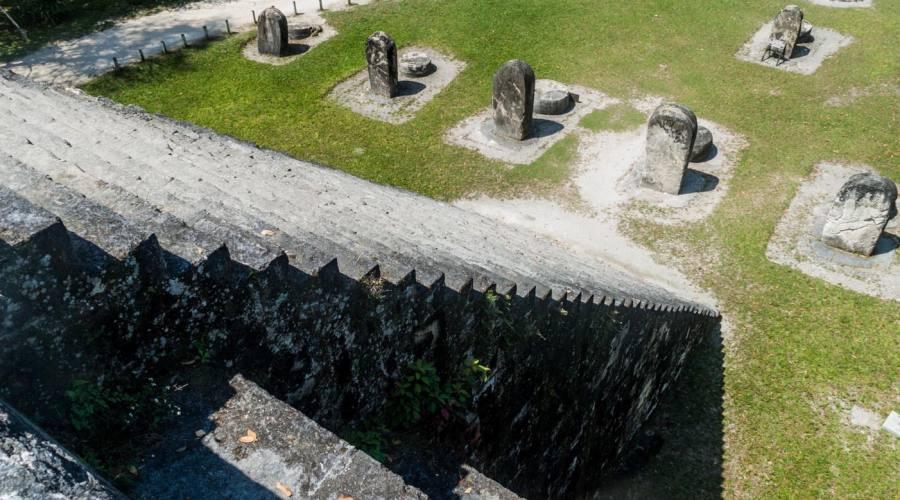 Scalinata ripidissima di un tempio a Tikal
