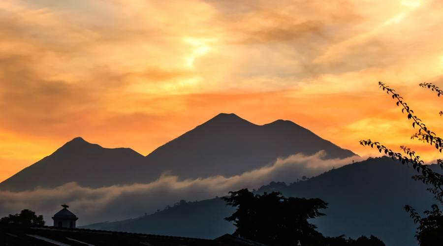 I vulcani Fuego e Acatenango nei pressi di Antigua