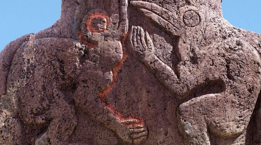 Due uccelli scolpiti su un Moai