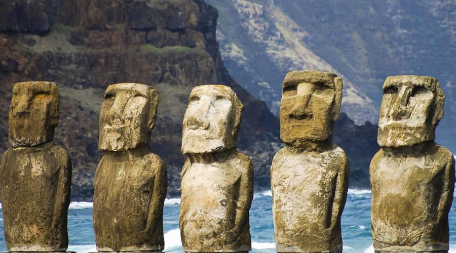 Moai sulla scogliera