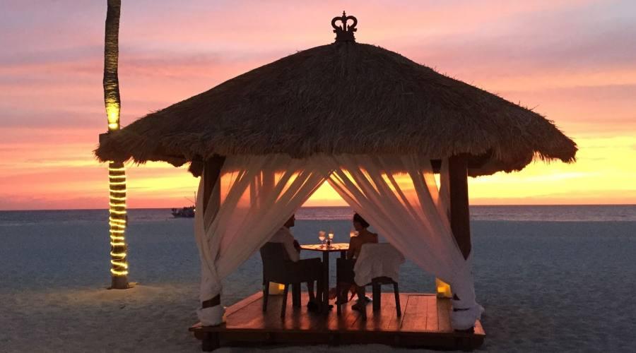 Romantica cena sulla spiaggia del Bucuti & Tara