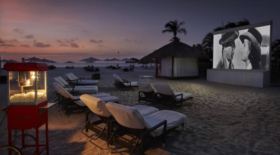 Visione di film romantici sulla spiaggia del Bucuti & Tara