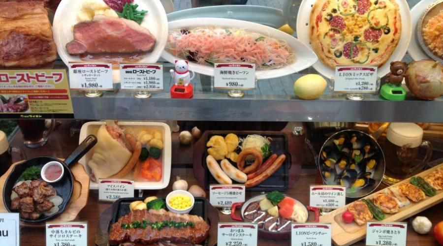 Modelli in resina per scegliere i piatti al ristorante