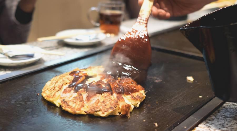 La preparazione di un okonomiyaki