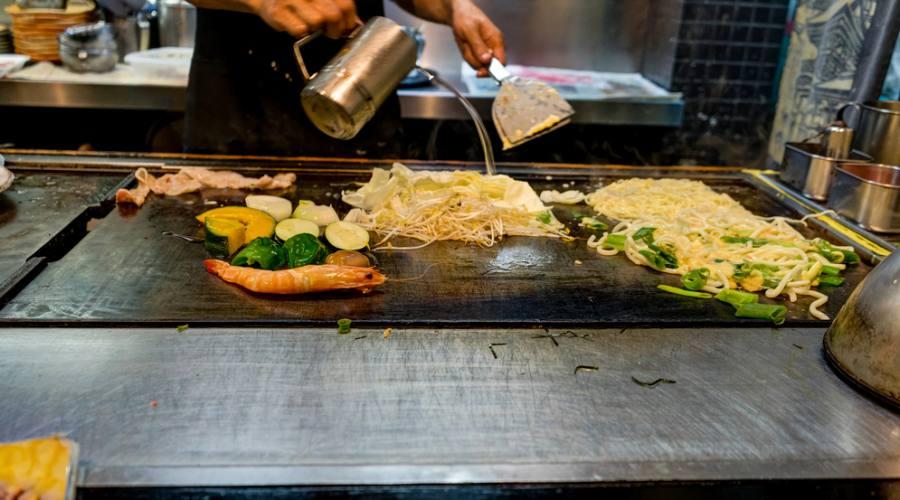La preparazione di okonomiyaki