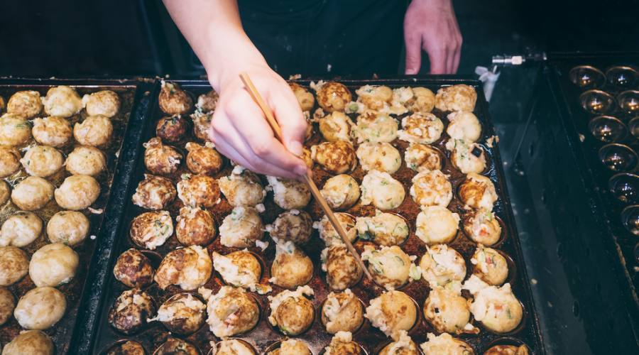 Cucinando polpette di polpo takoyaki