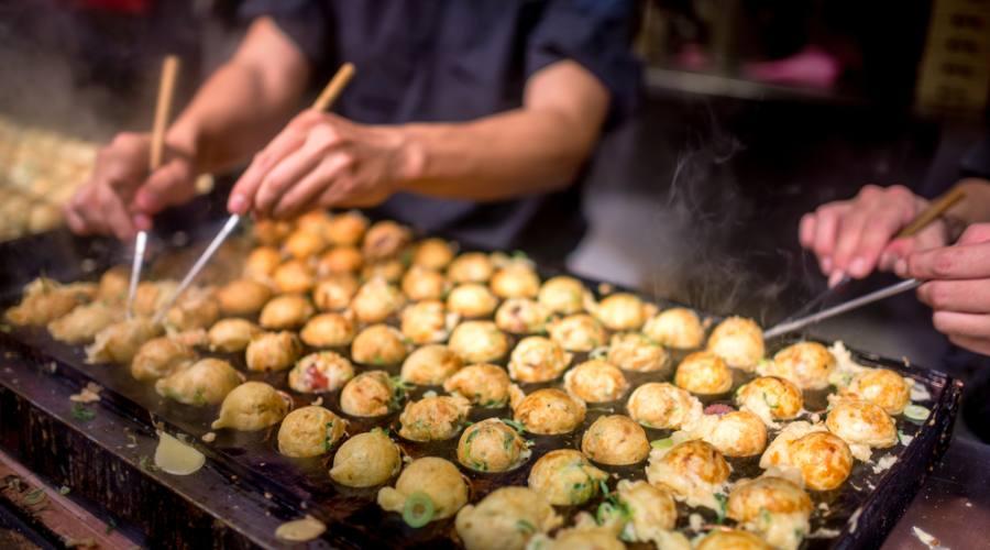 Preparazione delle polpette di polpo takoyaki