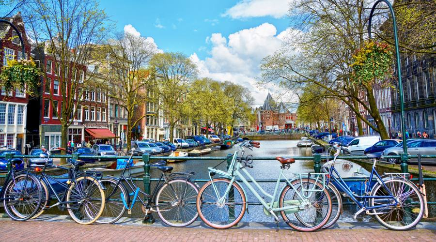 Biciclette su uno dei ponti di Amsterdam