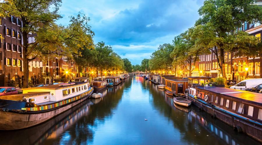 Scende la notte su canali di Amsterdam